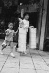 Японская женщина с детьми разносит товары заказчикам. Япония. Автор Г. Соловьев. РГАКФД.