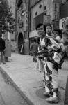Японская женщина с ребенком на одной из улиц Токио. Япония, г. Токио. Сентябрь 1957 г. Автор не установлен. РГАКФД.