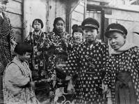 Японские дети в праздничных одеждах. Япония, г. Токио, 1934 г. Автор не установлен. РГАКФД.