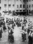Урок фехтования на палках (кендо) в начальной женской школе. Япония, г. Токио, 1935 г. Автор не установлен. РГАКФД.