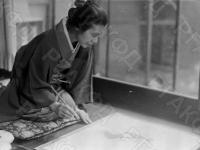 Японская художница Уэмура Сеён за работой. Япония, г. Токио,  август, 1939 г. Автор не установлен. РГАКФД.