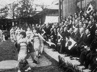 Гейши исполняют маньчжурские национальные танцы для представителей маньчжурской делегации, прибывших в Японию. Япония. Автор не установлен. РГАКФД.