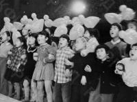 Дети – участники движения «Поющие голоса Японии» исполняют песню. Япония. 2 июля 1955 г. Автор не установлен. РГАКФД.