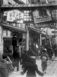 Праздничное украшение улиц в канун приближающегося новогоднего праздника; сверху изображение лошади – символа наступающего 1930 года. Япония, 1929–1930 гг. Автор не установлен. РГАКФД.