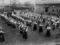 Школьники на уроке фехтования на палках (кендо) в народной школе. Япония, г. Токио, 1934 г. Автор не установлен. РГАКФД.