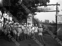 Группа пионеров у входа на территорию пионерского лагеря «Артек». Крым. 1928 г. Фотограф Я. Берлин. РГАКФД. Арх. № 2-110385.