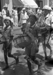 Пионеры, отдыхающие в пионерском лагере «Артек», проходят по набережной Ялты. Крым. 1934 г. Фотограф С. Лоскутов. РГАКФД. Арх. № 0-15571.