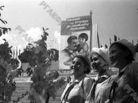 Группа пионерок – отличниц учебы, отдыхающие в пионерском лагере «Артек». Крым. 1936 г. Фотограф Швец. РГАКФД. Арх. № 0-33007.