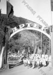 Пионеры лагеря «Артек» на прогулке. Крым. 1936 г. Фотограф неизвестен. РГАКФД. Арх. № 1-21335.