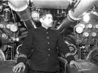 Командир одной из подводных лодок Северного флота капитан-лейтенант Я.С. Аграноник в рубке подводной лодки во время боевого похода. Северный флот, 1941 г. РГАКФД. Арх. № 0-157139.