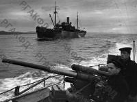 Советский катер-охотник конвоирует грузовой транспорт на одну из советских баз. Северный флот, 1942 г. РГАКФД. Арх. № 0-255703.