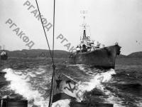 Советский катер-охотник встречает английские военные корабли, прибывшие для совместных действий. Северный флот, 1942 г. РГАКФД. Арх. № 0-94133.