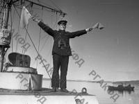 Старшина 2-ой статьи П.В. Листенов передает сигнал кораблям. Северный флот, 1942 г. РГАКФД. Арх. № 0-94985.