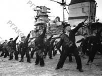 Краснофлотцы одного из крейсеров Черноморского флота на утренней гимнастике. Черноморский флот, 1942 г. РГАКФД. Арх. № 0-94762 «б».