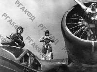 Экипаж морского бомбардировщика орденоносца капитана Ковалева готовится к полету. Черноморский флот, апрель, 1943 г. РГАКФД. Арх. № 0-261390.