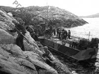 Десант разведчиков морской пехоты высаживается с катеров-охотников на территорию врага. Северный флот, 1942 г. РГАКФД. Арх. № 0-95392.