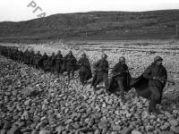 Автоматчики морской пехоты подразделения капитана Петрова отправляются на охрану побережья Баренцева моря. Северный флот, 1942 г. РГАКФД. Арх. № 0-163810.