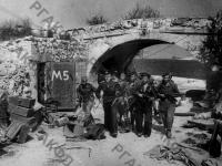 Бойцы морской пехоты в освобожденном Севастополе у арки на Приморском бульваре. г. Севастополь, май, 1944 г. РГАКФД. Арх. № 0-264481.
