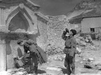 Советские бойцы пьют воду из колодца на подходе к Севастополю. Близ г. Севастополя, 1944 г. РГАКФД. Арх. № 0-78658.