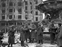 Советские бойцы на площади в Будапеште. Венгрия, г. Будапешт, февраль, 1945 г. РГАКФД. Арх. № 0-256891.