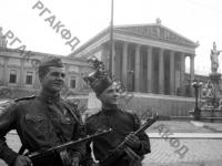 Младший сержант Василий Соловьев и рядовой Сергей Сальников у здания парламента в Вене. Австрия, г. Вена, 1945 г. РГАКФД. Арх. № 0-256468.