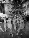 Дети танцуют у новогодней елки в Доме Союзов СССР. Москва, 1937 г. Автор неизвестен. РГАКФД.