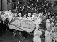 Дети во время новогоднего представления.  1938 г. Автор неизвестен. РГАКФД.