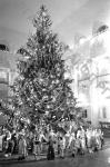 Праздничный хоровод у новогодней елки в Колонном зале Дома Союзов СССР. Москва, 1941 г. Автор не известен. РГАКФД.