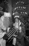 Тома Левитина получает подарок от Деда Мороза и Снегурочки на новогодней елке в Колонном зале Дома Союзов. Москва, 1941 г. Автор Межуев. РГАКФД.