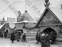 Новогодний базар в московском парке Сокольники. Москва, 1947 г. Автор В. Кинеловский. РГАКФД.