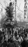 Дети у новогодней елки в Центральном парке культуры и отдыха имени Горького. Москва, 1949 г. Автор неизвестен. РГАКФД.