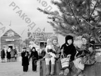 Дети на новогоднем базаре, устроенном на Приморском бульваре Севастополя. Севастополь, 1950 г. Автор Шепнин. РГАКФД.