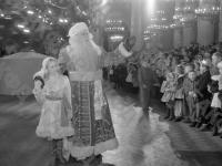 Дед Мороз и Снегурочка приветствую детей на новогодней елке в Колонном зале Дома Союзов. Москва, 1951 г. Автор Колесников. РГАКФД.