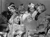 Дед Мороз, Снегурочка и лисичка среди детей на новогодней елке в Колонном зале Дома Союзов. Москва, 1951 г. Автор Д. Шоломович. РГАКФД.