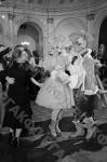 Танцующая молодежь во Владимирском зале Большого Кремлевского дворца во время встречи Нового года. Москва, 1954 г. Автор В. Егоров. РГАКФД.