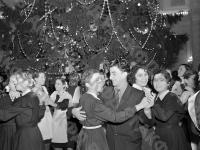 Танцы у елки на новогоднем празднике в Большом Кремлевском дворце. Москва, 1955 г. Автор В. Соболев. РГАКФД.