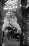 Дед Мороз у входа в Московский Кремль во время новогоднего праздника для детей. Москва, 1961 г. Автор Е. Кассин. РГАКФД.