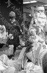 Торговля новогодними игрушками и елочными украшениями в магазине «Детский мир». Москва, 09.12. 1966 г. Автор В. Мусаэлян. РГАКФД.