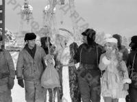 Дед Мороз и Снегурочка поздравляют строителей Усть-Илимской ГЭС с Новым годом. Иркутская обл., 1977 г. Автор М. Кухтарев. РГАКФД.