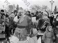 Москвичи и гости столицы на новогоднем празднике «Русская зима» на ВДНХ. Москва, 1976 г. Автор В. Кузьмин. РГАКФД.